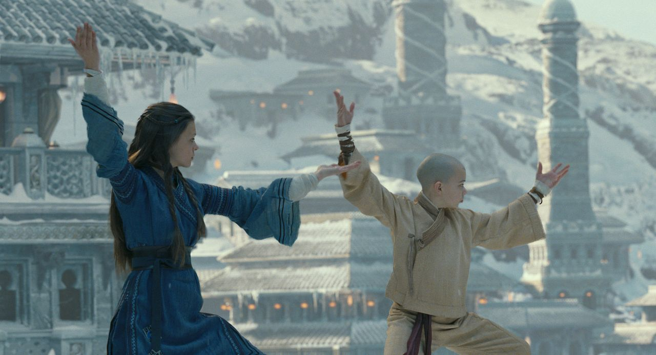 Üben, dem Wasser ihren Willen aufzuzwingen, damit sie ihre Feinde in Schach halten können: Aang (Noah Ringer, r.) und Katara (Nicola Peltz, l.) ... - Bildquelle: Industrial Light & Magic 2010 PARAMOUNT PICTURES.  All Rights Reserved.
