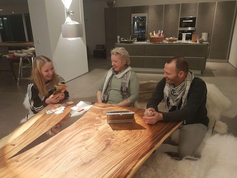 Im Tausch gegen ihre Wohnung und ihr sonst begrenztes Wochenbudget schwimmen Laura Kittler (l.), Eva Kittler (M.) und Manfred Klug (r.) für sieben T... - Bildquelle: SAT.1