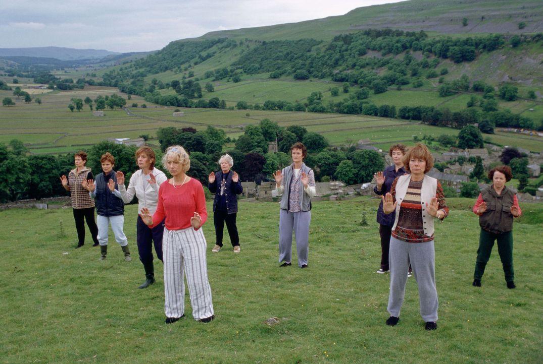 Beim Yoga unter Chris Harpers (Helen Mirren, 4.v.l.) Anleitung versuchen sich die Frauen zu entspannen ... - Bildquelle: Jamie Midgley Buena Vista Pictures Distribution /   Touchstone Pictures. All Rights Reserved.
