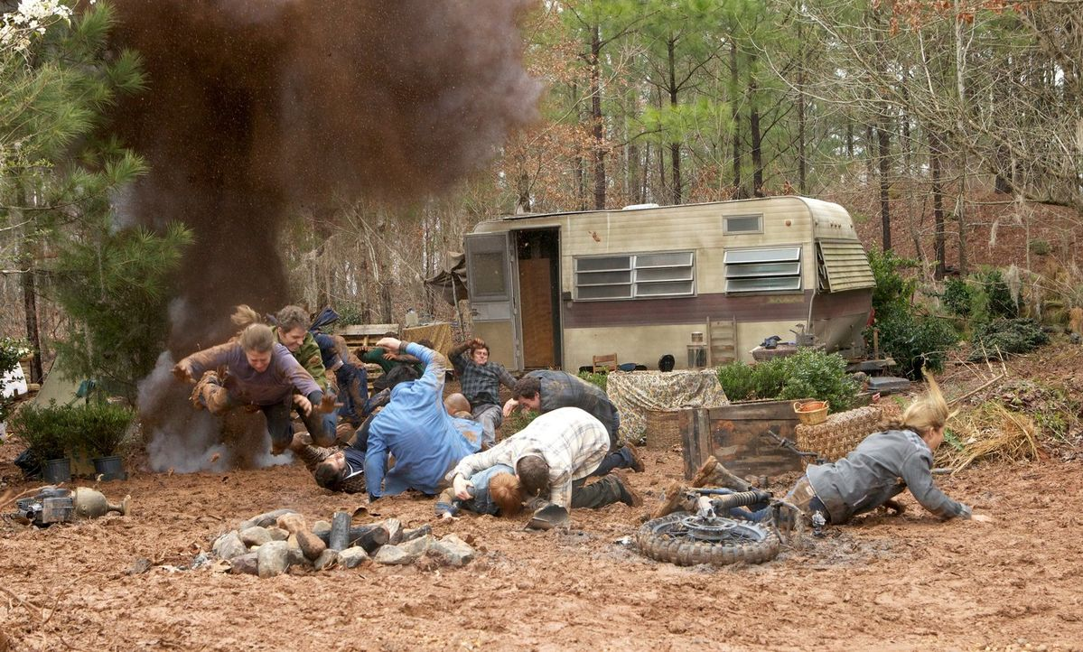 Eine Explosion im Camp der Wölfe hat einen ganz anderen Hintergrund, als alle vermuten ... - Bildquelle: Warner Bros. Television