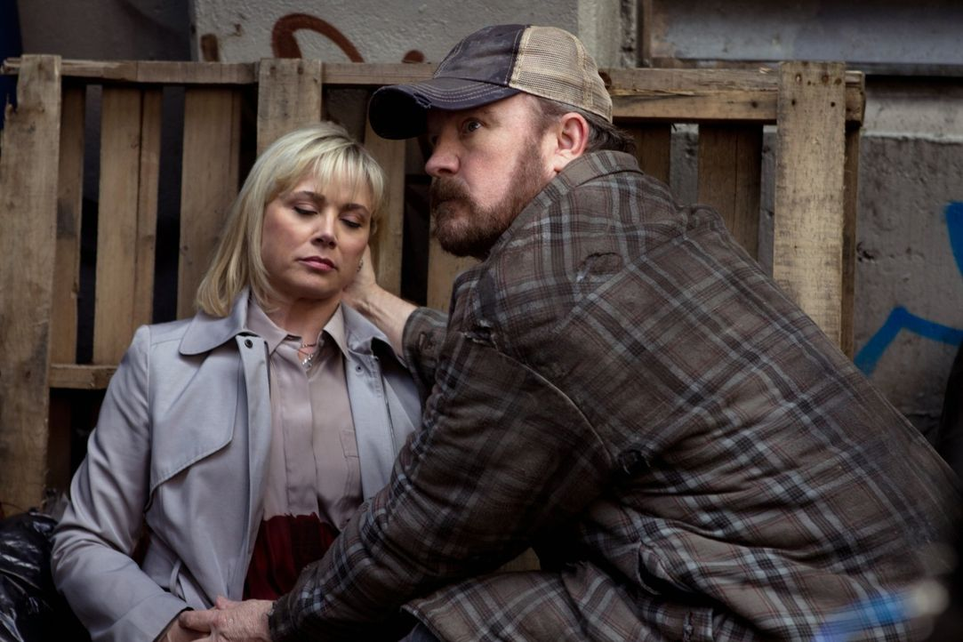 Egal, was für ein Wesen Dr. Eleanor Visyak (Kim Johnston Ulrich, l.) auch ist, Bobby (Jim Beaver, r.) weiß, was sie sein kann ... - Bildquelle: Warner Bros. Television
