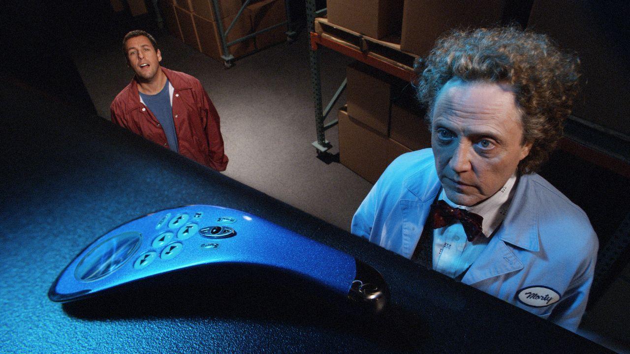 Der bizarre Tüftler Morty (Christopher Walken, r.) bietet dem Workaholic Michael (Adam Sandler, l.) eine einzigartige Universalbedienung an, mit de... - Bildquelle: Sony Pictures Television International. All Rights Reserved.