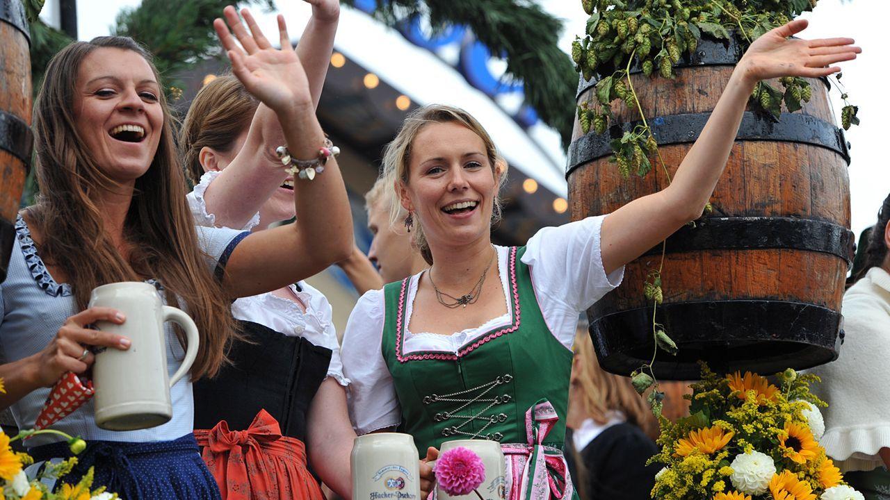Oktoberfest-12-09-22-Einzug-Kellnerinnen-dpa - Bildquelle: picture alliance / dpa
