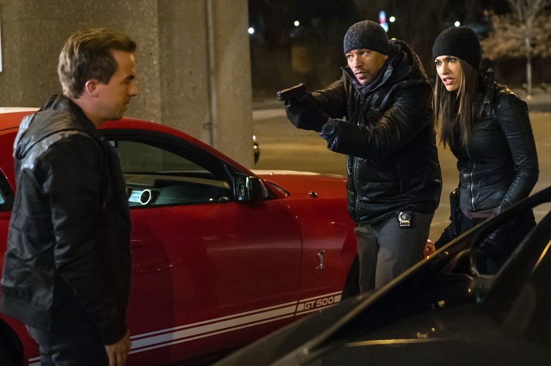Bei den Ermittlungen in einem neuen Mordfall stoßen Billy (Laz Alonso, M.) und Meredith (Janina Gavankar, r.) auf Frankie Muniz (Frankie Muniz, l.).... - Bildquelle: Warner Bros. Entertainment, Inc.