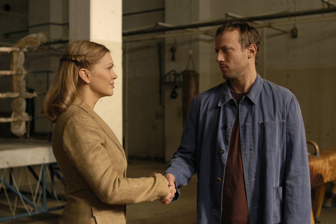 Anstaltleiterin Garnier (Anna Loos, l.) bietet Häftling Max Anders (Wotan Wilke Möhring, r.) eine einmalige Chance. Er soll ihr bei einem Anti-Agg... - Bildquelle: Marco Meenen ProSieben