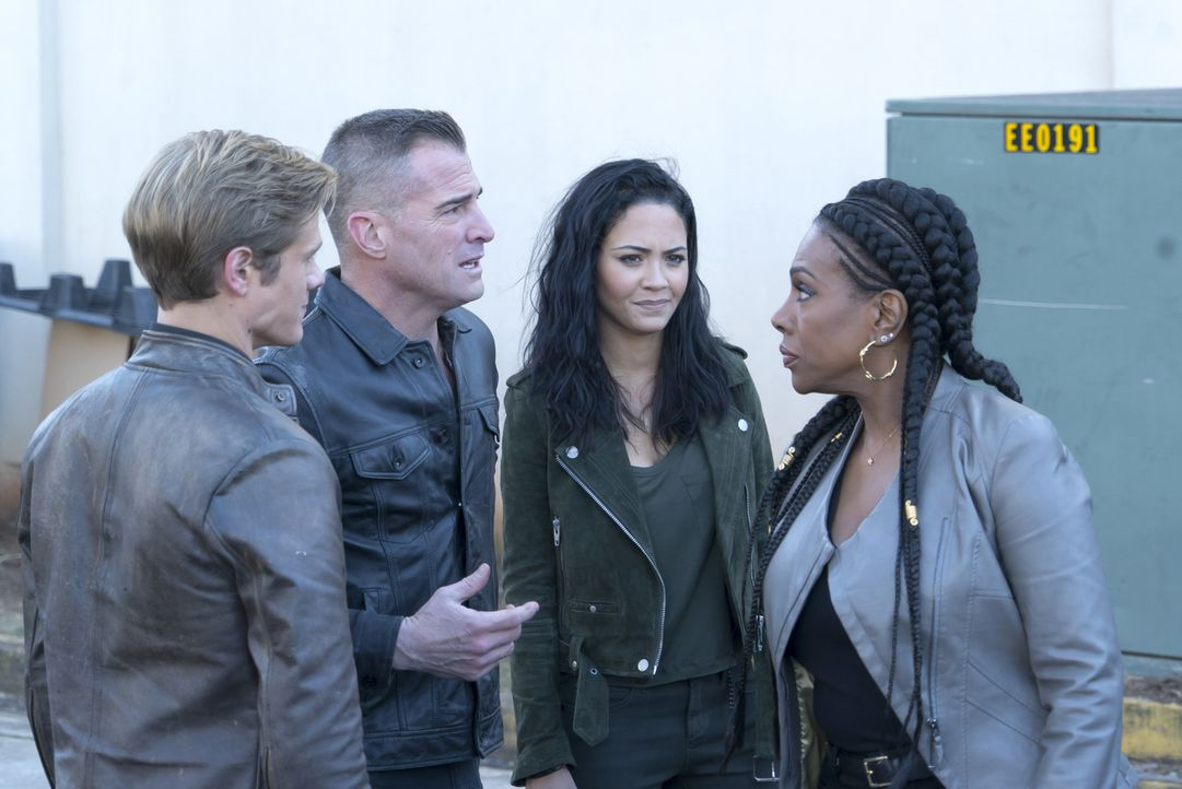 MacGyver (Lucas Till, l.), Jack (George Eads, 2.v.l.) und Riley (Tristin Mays, 2.v.r.) sind einem Gesuchten dicht auf den Fersen, doch auch die Kopf... - Bildquelle: Annette Brown Annette Brown/CBS   2018 CBS Broadcasting, Inc. All Rights Reserved.