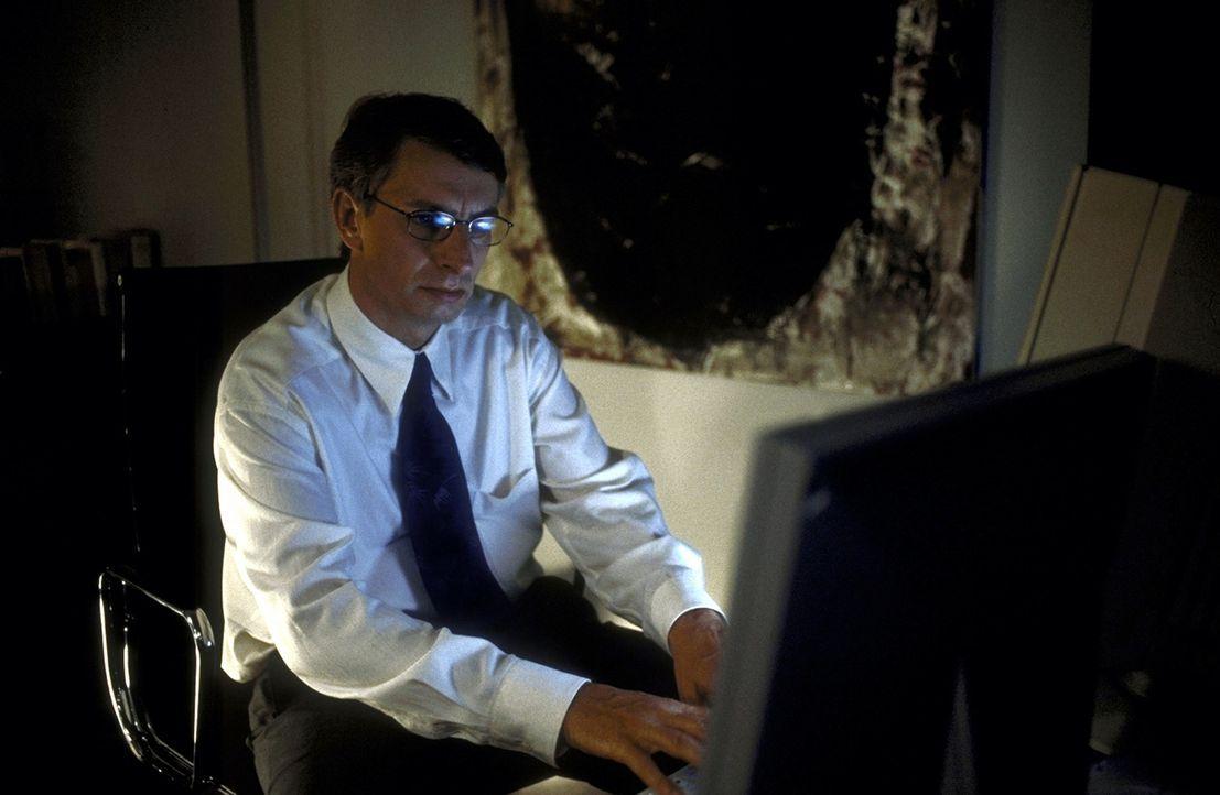 Dr. Endress (Ingolf Lück) treibt ein perfides Spiel: Um in die Gedankenwelt seines Sohnes eindringen zu können, manipuliert er Daniels Computer ... - Bildquelle: Leslie Haslam ProSieben