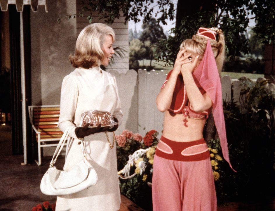 Bei einem überraschenden Besuch erfährt Amanda Bellows (Emmaline Henry, l.) viel Unverständliches über das Leben von Jeannie (Barbara Eden, r.). Dar... - Bildquelle: Columbia Pictures