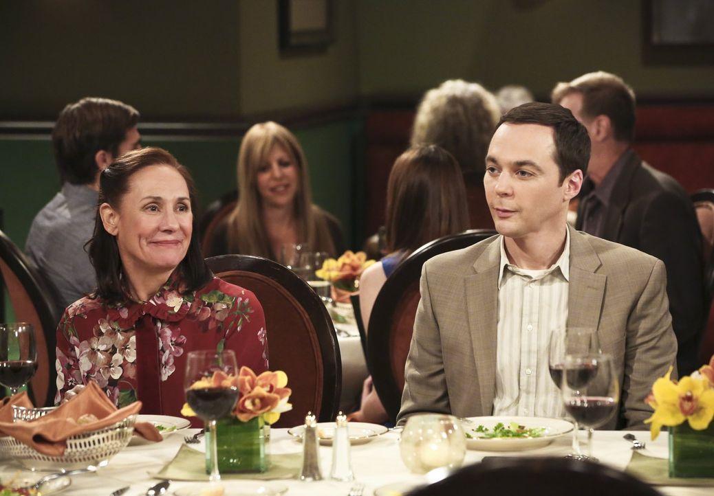 Sheldons (Jim Parsons, r.) Mutter Mary (Laurie Metcalf, l.) freut sich sehr darüber, dass Leonard und Penny sie bei ihrer zweiten Hochzeit dabei hab... - Bildquelle: 2016 Warner Brothers
