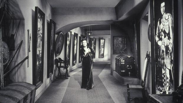 Lady Mororn (Lil Dagover) schleicht Nachts, als sie seltsame Geräusche hört,...