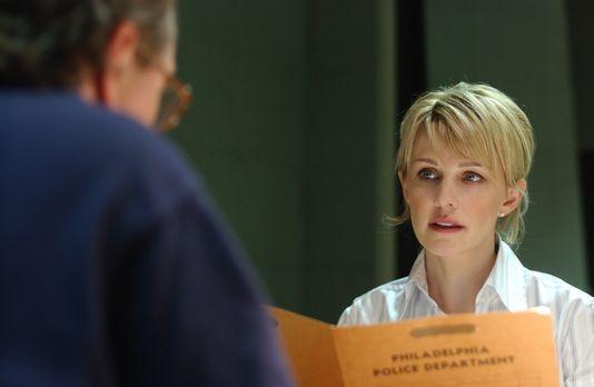 Cold Case - Det. Lilly Rush (Kathryn Morris, r.) fühlt George (John Billingsl...
