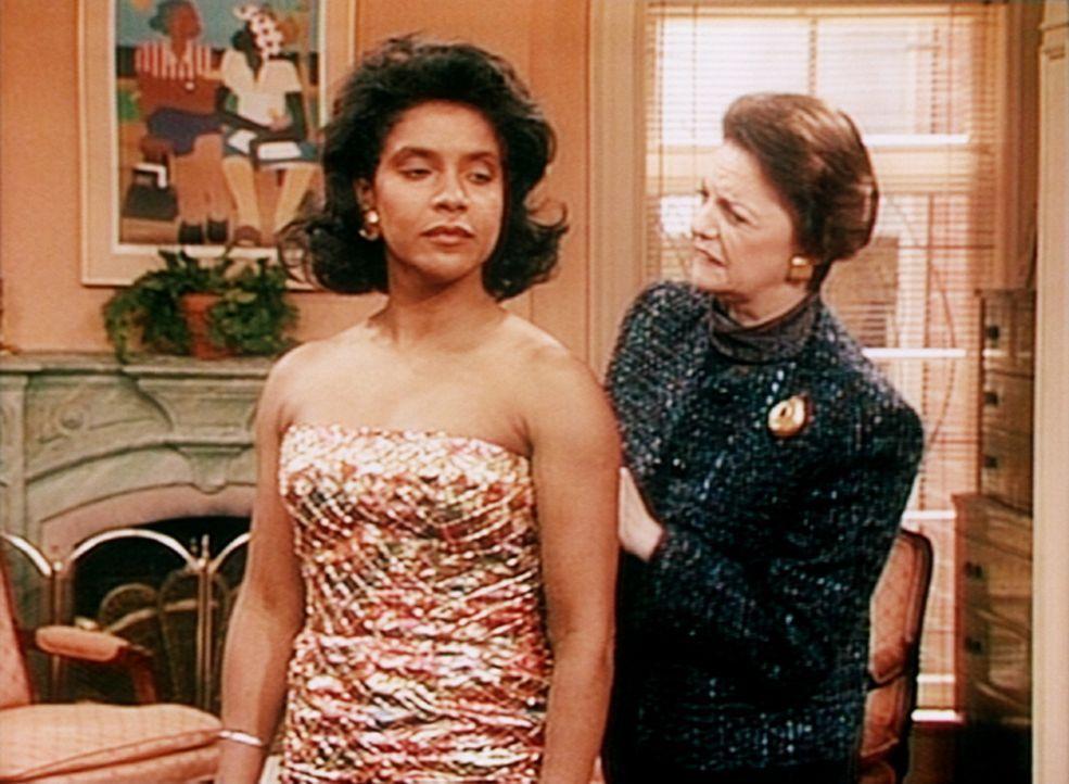Die englische Schneiderin Barbara (Carole Shelly, r.) macht Clair (Phylicia Rashad, l.) klar, dass sie fünf Pfund abnehmen muss, um in dem Kleid at... - Bildquelle: Viacom