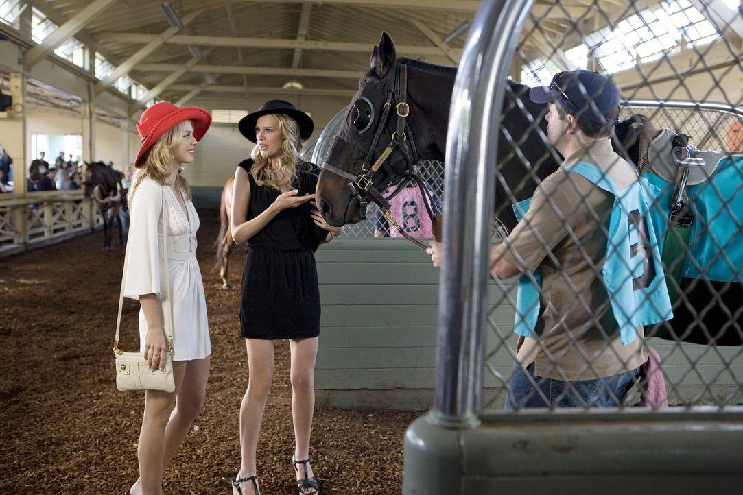 Noch herrscht Geschwisterliebe zwischen Naomi (AnnaLynne McCord, l.) und Jen (Sara Foster, r.)... - Bildquelle: TM &   CBS Studios Inc. All Rights Reserved