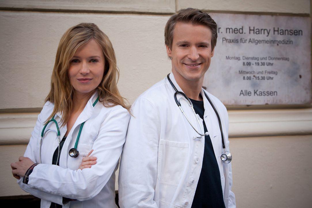 (1. Staffel) - Eigentlich wollte Dr. David Heller (Max von Pufendorf, r.) in wenigen Tagen eine Stelle als Schönheitschirurg in einer Privatklinik a... - Bildquelle: Conny Klein SAT.1