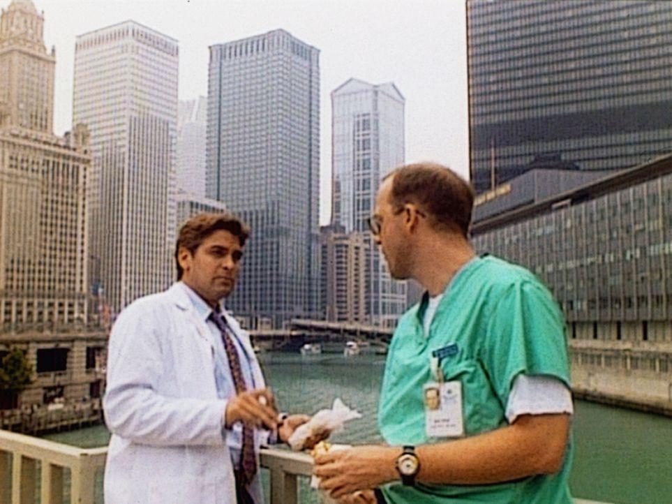 Kleiner Privatplausch in einer Pause zwischen Oberarzt Mark Greene (Anthony Edwards, r.) und Kinderarzt Doug Ross (George Clooney). - Bildquelle: TM+  WARNER BROS.