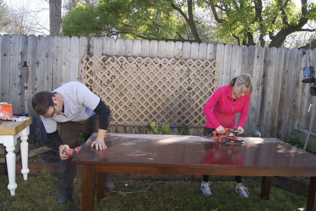 Er greift gemeinsam mit seinem Team den verzweifelten Heimwerkern unter die Arme: Bauunternehmer Josh Temple (l.) ... - Bildquelle: 2012, DIY Network/Scripps Networks, LLC.  All Rights Reserved.