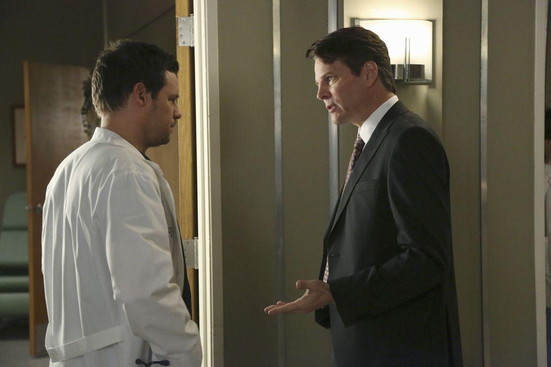 Dr. Alex Karev (Justin Chambers, l.) muss ein Baby notoperieren. Nur die Eltern wollen sich nicht so Recht zu der Situation äußern. Der Vater (Mic... - Bildquelle: ABC Studios