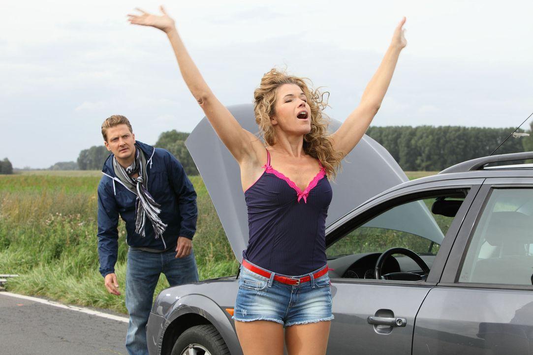 Christian (Holger Stockhaus, l.) ist mit seinem Auto liegen geblieben und freut sich als die Pannenhelferin Barbara (Anke Engelke, r.) endlich vorf - Bildquelle: Guido Engels SAT.1