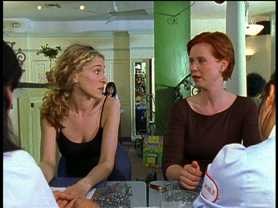 Während einer Maniküre besprechen Carrie (Sarah Jessica Parker, l.) und Miranda (Cynthia Nixon, r.) ihre Zukunft ohne Sex. - Bildquelle: 2001 Paramount Pictures