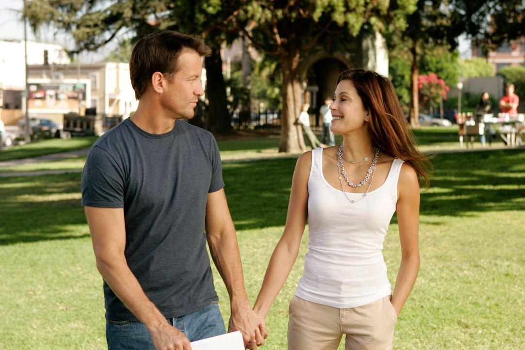 Susan (Teri Hatcher, r.) hilft Mike (James Denton, l.) bei seiner Suche nach Zach in der Hoffnung, ihn nicht zu finden ... - Bildquelle: 2005 Touchstone Television  All Rights Reserved