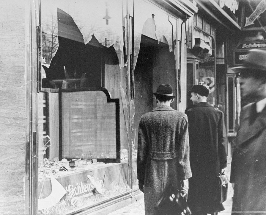 """Kanzler Hitler plant die systematische Ausrottung der """"jüdischen Rasse""""; 1935 entstehen die Nürnberger Gesetze - auch als Rassengesetze oder Arierge... - Bildquelle: Universal History Archive/Getty Images"""