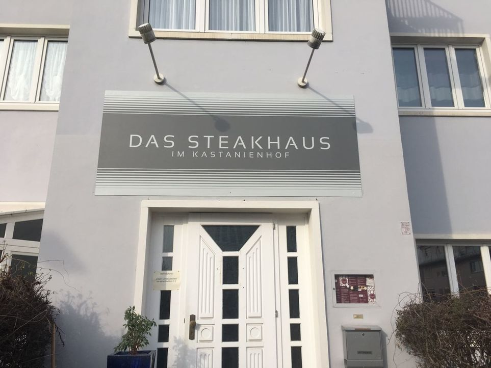 """Während Susanne Wolbeck im Kitzingener """"Kastanienhof"""" über jeder unbezahlten Rechnung schwitzt, steht der 36-jährige Koch Stefan (l.) in seiner Küch... - Bildquelle: kabel eins"""