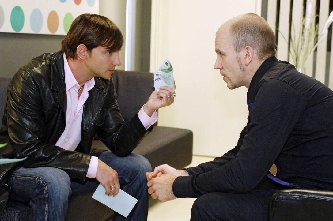 Marc Bruno (Steven Merting, l.) erhält von Gerrit (Lars Löllmann, r.) den Auftrag, die Arbeit der neuen Produktionerin zu stören. - Bildquelle: Oliver Ziebe Sat.1
