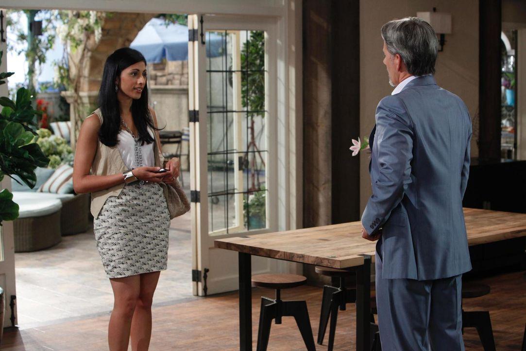 Hank ist nicht zu erreichen und Divya Katdare (Reshma Shetty, l.) versucht seinen Patient Boris (Campbell Scott, r.) zu vertrösten, was gar nicht so... - Bildquelle: Universal Studios