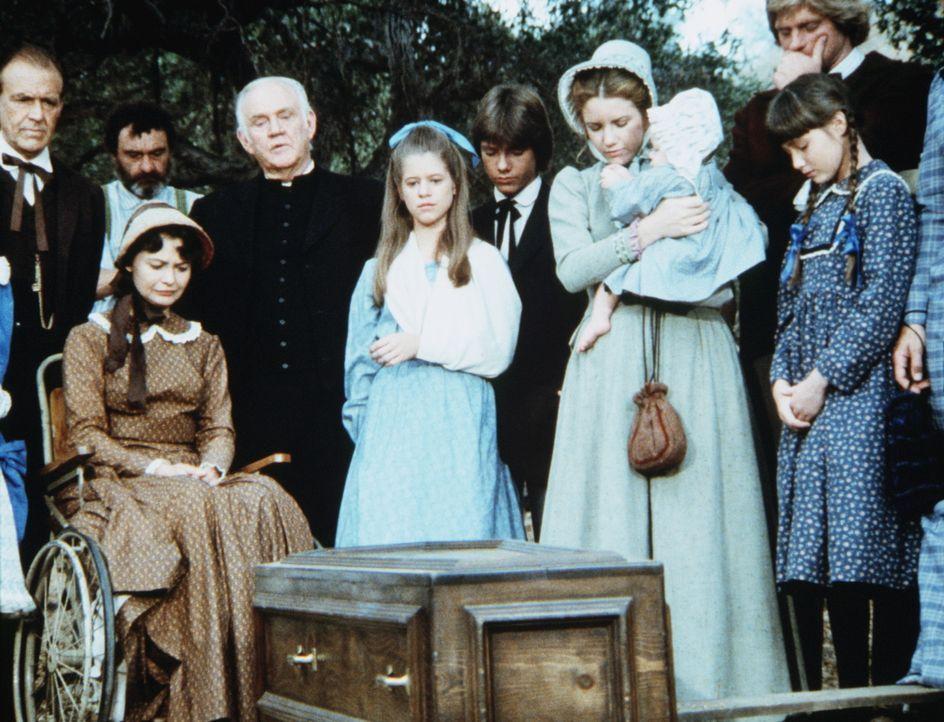 Constance (Michele Marsh, 2.v.l.) und Elizabeth Stark (Tammy Laureen, M.) trauern um Thomas Stark, der bei einem Schusswechsel ums Leben gekommen ist. - Bildquelle: Worldvision