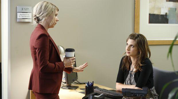 Noch ahnt Debbie (Mary Elizabeth Ellis, l.) nicht, dass die Zusammenarbeit mi...