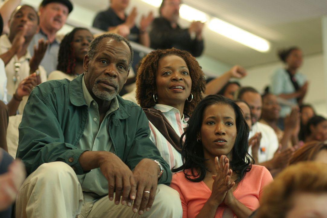 Charlie (Danny Glover, l.), Evelyn (Tina Lifford, M.) und Joy (Cecily Lewis, r.) freuen sich, als sie Pratt in der Schwimmhalle sehen ... - Bildquelle: Warner Bros. Television