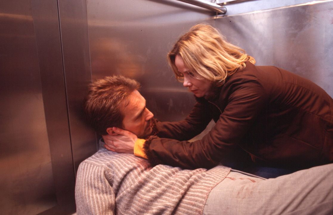 Annette (Ann-Kathrin Kramer, r.) kann es nicht fassen, dass Stefan (Mathias Herrmann, l.) angeschossen wurde. - Bildquelle: Sat.1