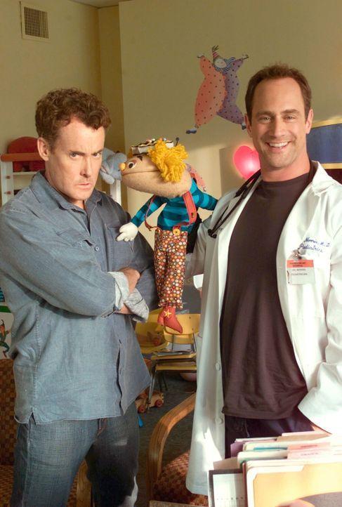 Dr. Cox (John C. McGinley, l.) und Jordan haben Probleme, den richtigen Arzt für ihr Kind zu finden - bis sie Dr. Norris (Christopher Meloni, r.) tr... - Bildquelle: Touchstone Television