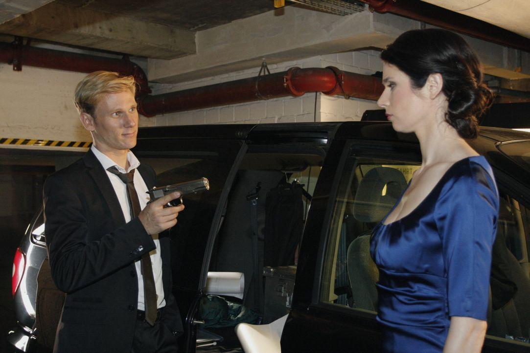 Auf ihrem Weg aus dem Hotel gerät Gina (Elisabeth Sutterlüty, r.) in Philips (Philipp Romann, l.) Gewalt ... - Bildquelle: SAT.1