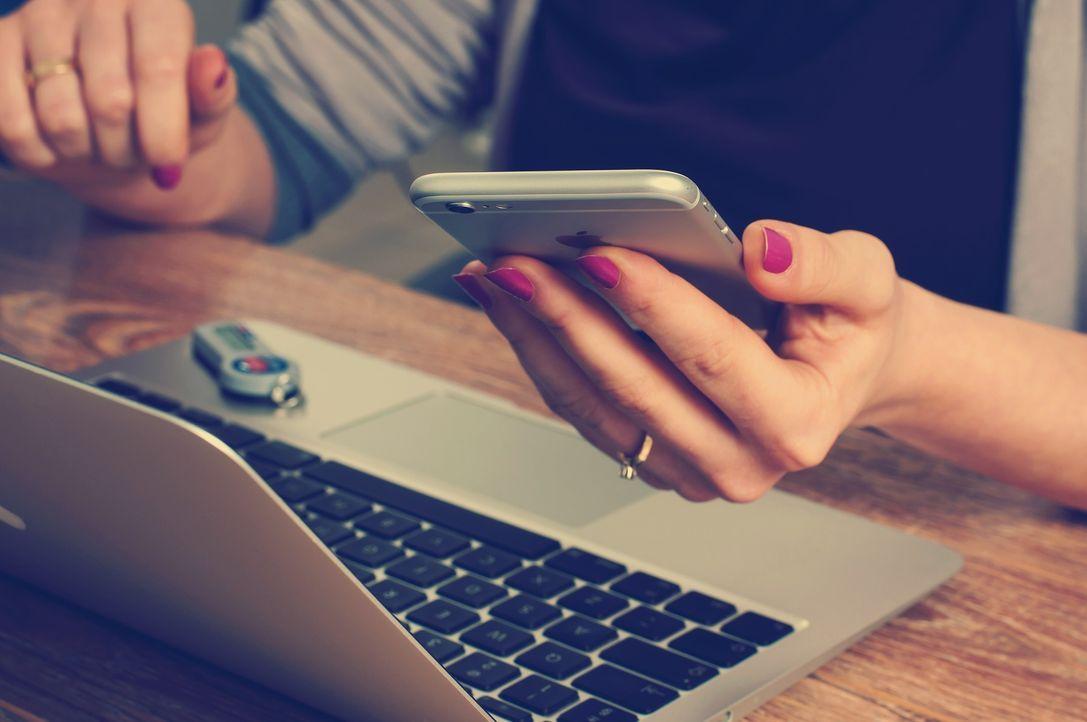 24 Stunden am Tag Facebook und Co. checkenStudien zeigen, dass30 Proze... - Bildquelle: Pixabay
