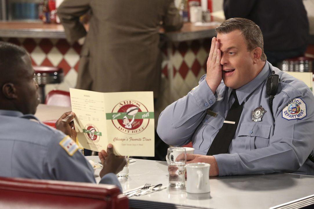 Carl (Reno Wilson, l.) stellt fest, dass Mike (Billy Gardell, r.) eine Brille braucht. Doch aus Eitelkeit scheut sich Mike zum Optiker zu gehen ... - Bildquelle: Warner Brothers
