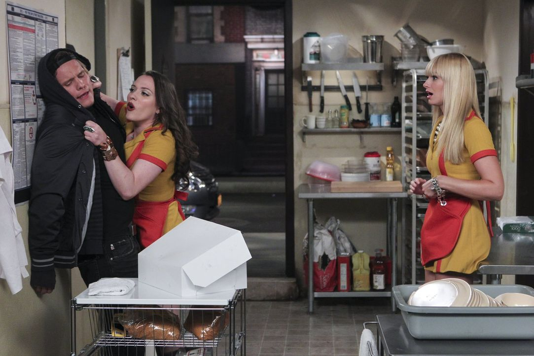 Dass Cronuts besser sein sollen als Cupcakes, wollen Caroline (Beth Behrs, r.) und Max (Kat Dennings, M.) einfach nicht verstehen. Aber als die Kund... - Bildquelle: Warner Brothers