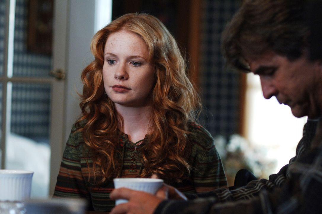 Ian (Gareth Williams, r.) sieht plötzlich in Gedanken die Vicky (Hillary Tuck, l.) aus dem Jahre 1978 vor sich sitzen ... - Bildquelle: Warner Bros. Television