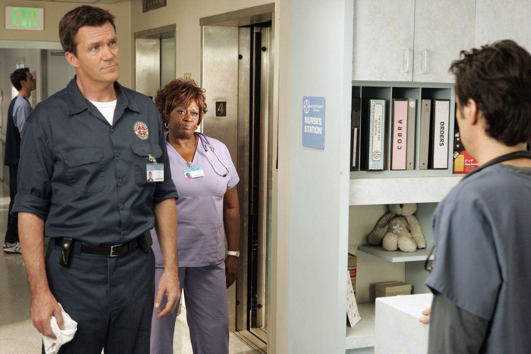 Der Hausmeister (Neil Flynn, l.) und Shirley (Aloma Wright, M.) sind entsetzt: Nach all den Jahren weiß J.D. (Zach Braff, r.) noch immer nicht, wie... - Bildquelle: Touchstone Television