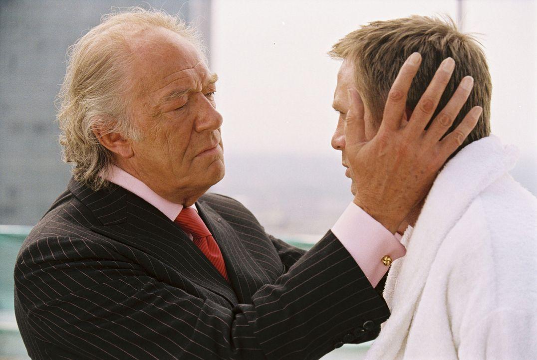 Gangster Jimmy Price (Kenneth Cranham, l.) gibt seinem Angestellten (Daniel Craig, r.) einen speziellen Auftrag. Er soll sich auf die Suche nach der... - Bildquelle: 2004 Columbia Pictures Industries, Inc. All Rights Reserved.