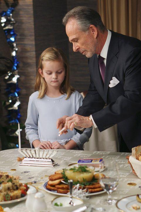 Weihnachten steht vor der Tür und bei Paige (Kerris Lilla Dorsey, l.) kommen erste Fragen auf. Saul (Ron Rifkin, r.) versucht diese zu beantworten... - Bildquelle: Disney - ABC International Television