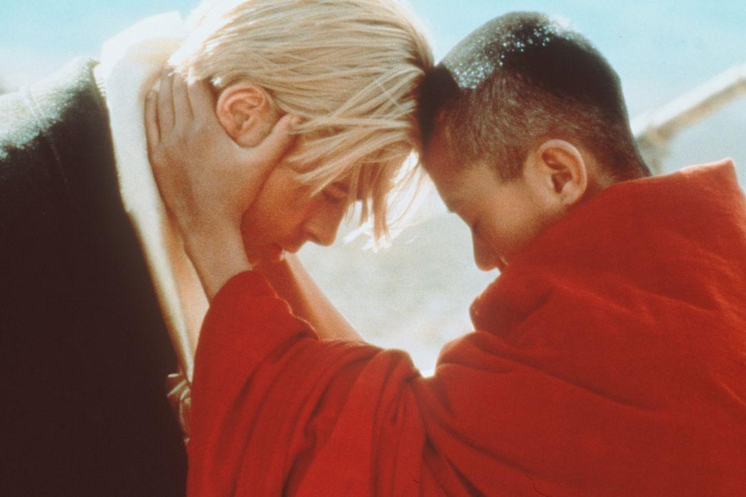Die Begegnung mit dem erst 14jährigen Dalai Lama (Jamyang J. Wangchuk, r.) wird für Heinrich Harrer (Brad Pitt, l.) zu einer tiefen menschlichen u... - Bildquelle: TriStar Pictures