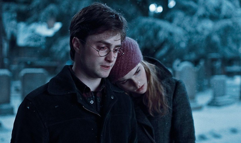 Die Suche nach den Horkruxen und der Kampf gegen den dunklen Lord und seine Handlanger verlangt von Harry (Daniel Radcliffe, l.) und Hermine (Emma W... - Bildquelle: 2010 Warner Bros.