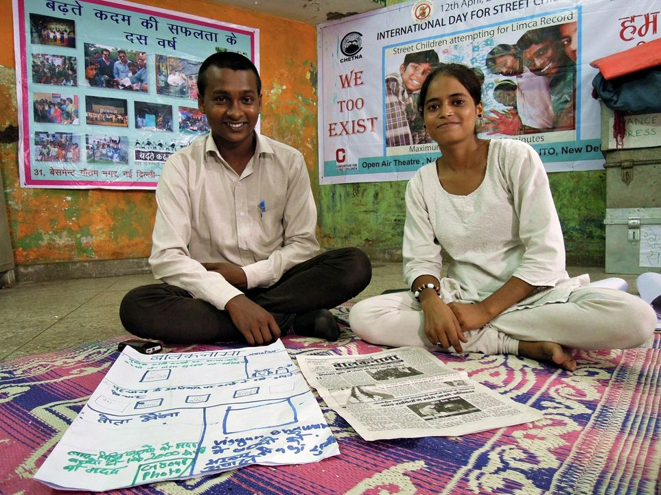 Chefreporter Vijay Kumar (l.) und Redakteurin Shanno (r.) veröffentlichen die einzige Zeitung, von und für Straßenkinder, die sich mit den Problemen... - Bildquelle: Quicksilver Media 2012