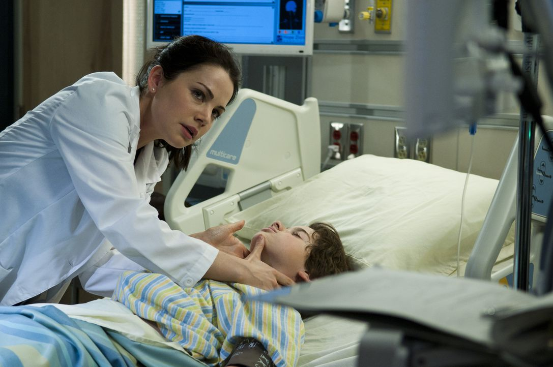 Alex (Erica Durance, l.) kümmert sich um einen kleinen Jungen (Jake Goodman, r.), dessen Symptome ihr Rätsel aufgeben. Während es dem Kind immer sch... - Bildquelle: 2012  Hope Zee One Inc.