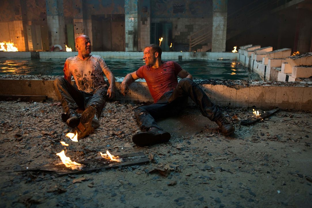 Beinahe zu spät erkennen John McClane (Bruce Willis, l.) und sein Sohn Jack (Jai Courtney, r.), dass es General Komarov nur um das waffenfähige Uran... - Bildquelle: 2013 Twentieth Century Fox Film Corporation. All rights reserved.