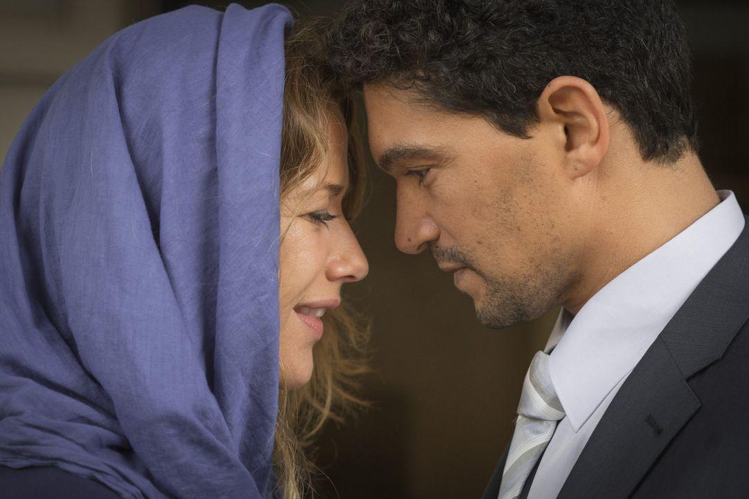 Während der OPEC-Konferenz in Wien lernt Verena (Alexandra Neldel, l.) zufällig den geheimnisvollen Araber Khalid (Mido Hamada, r.) kennen. Hals  - Bildquelle: Sylvia Zeitlinger SAT.1