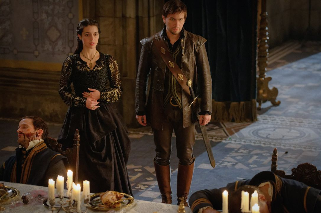 Zusammen mit dem König, der Königinmutter und Narcisse müssen Mary (Adeleide Kane, l.) und Sebastian (Torrance Coombs, r.) den Tod von neun Generäle... - Bildquelle: Ben Mark Holzberg 2016 The CW Network, LLC. All rights reserved.