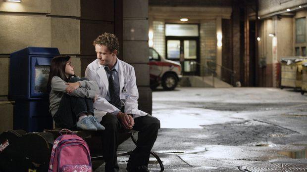 Nach einem Autounfall wird eine Frau eingeliefert, die ihr Kind (Ariel Winter...