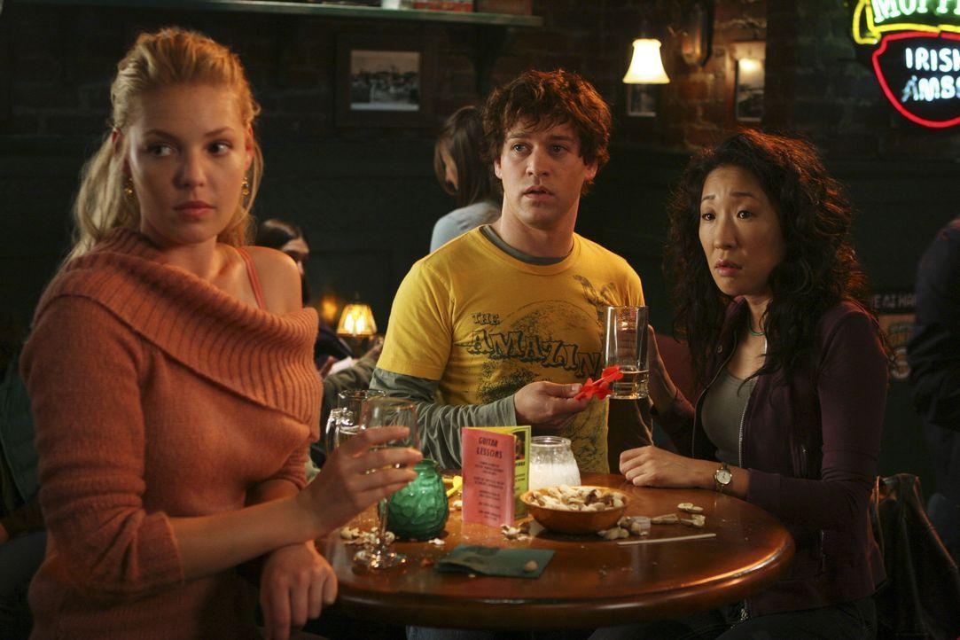Nach einer anstrengenden Schicht, versuchen sich Meredith, Cristina (Sandra Oh, r.), George (T.R. Knight, M.) und Izzie (Katherine Heigl, l.) in ein... - Bildquelle: Touchstone Television